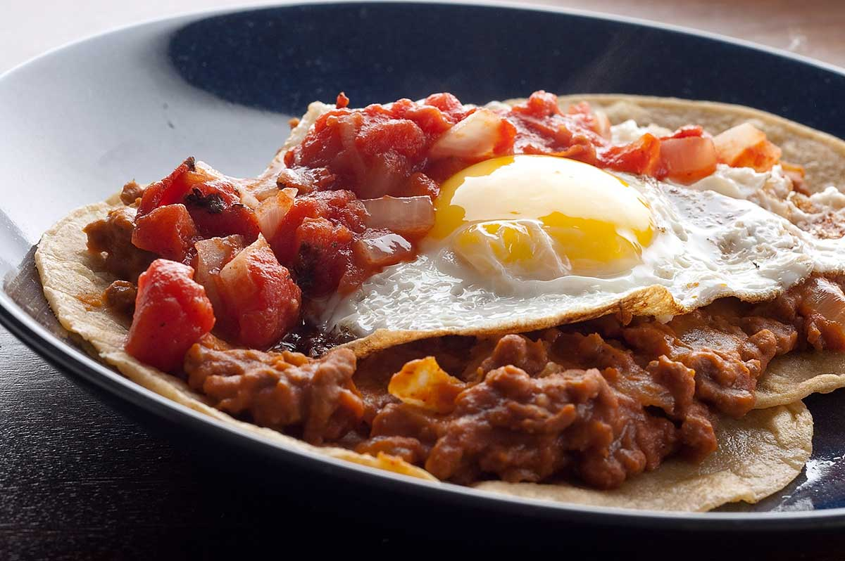 http://www.espanaaqui.com.br/pdf/O%20nosso%20site/huevos-rancheros-with-chorizo-refried-beans.jpg